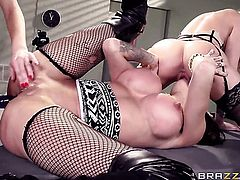 Jessa Rhodes opens her legs to be tongue fucked by lesbian Kendra James