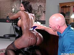 Slutty Diamond Jackson is an attractive milf, aware of her dazzling beauty, who leaves the bald dirty masseur speechless in front of her nude body. See the bitch exposing her crazy oiled ass and fascinating tits!