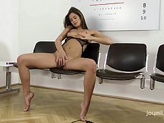 The hot bitch in the video lets her fantasies loose and begins to play kinky with herself. After revealing her small tits and crazy ass, she starts using a dildo. Don't miss the sexy exciting details!