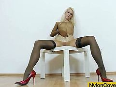Vivien Fox the fucking-hot redhead oils her feet, she caresses it and later tantalise a hammer with her juicy oiled feet