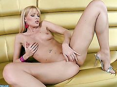 Blonde Sophie Moone cant stop dildoing her muff