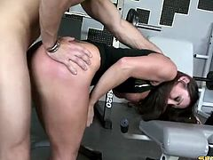 Fit guy fucks her wet milf pussy in the gym