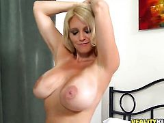 Blonde lets man put his schlong in her mouth