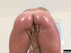 Kerry Louise teasing you before taking off her bra and rubbing her clit, as she masturbates for an orgasm, before her interracial boyfriend starts licking out her huge bubble butt crack. Next, this tattooed sweetheart is getting her box pounded until she gets a pearl necklace and facial cumshot.
