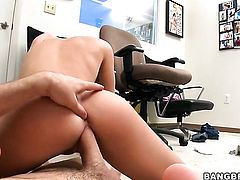 Blonde goddess Jessica Lynn shows her slutty side to horny dude by taking his hard fuck stick in her mouth