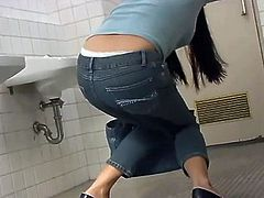 Pee her jeans in bathroom queue