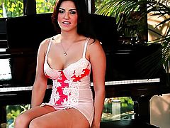 Well-endowed honey Sunny Leone with big knockers and clean pussy cant stop toying her vagina
