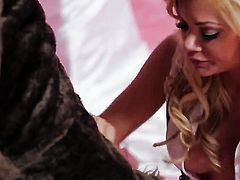 Riley Steele has some time to give some oral pleasure