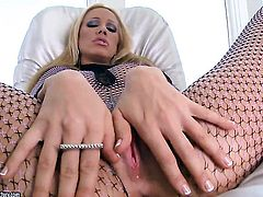 Blonde Sandy has some time to rub her honeypot