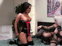 Naughty wench Asa Akira puts on a solo show you must see