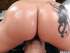 Blonde Dayna Vendetta with huge breasts and shaved pussy gets pleasure with erect meat pole in her mouth