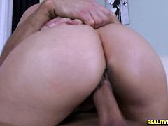Brunette Gloria Cruise makes dudes throbbing tool disappear in her mouth in sexual ecstasy