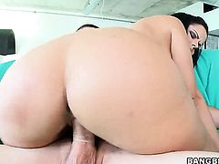 Brunette Diamond Kitty with bubbly ass loves giving suck job