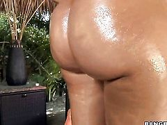Isis Taylor shakes her ass