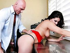 Johnny Sins gives charming Gracie Glams pussy hole a try in steamy action