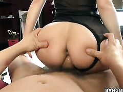 Brunette chicana Kristina Rose gives mouthjob