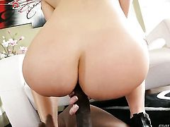 Lexington Steele gets pleasure with throbbing sausage in her mouth