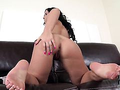 Kyra Hot has some time to rub her bush
