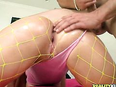 Blonde Gieselle Tayler with juicy jugs and shaved cunt shows her love for worm sucking in blowjob action with hot fellow