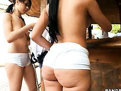 Brunette chicana Summer Bailey with bubbly ass has tugjob experience of her lifetime