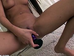 Leggy Nikki Daniels fucks her box with a toy