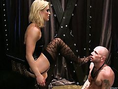 Blonde Flynt Dominic knows no limits when it comes to sucking her fuck buddys snake, Thenewporn.com