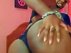 Natural ebony babe with sexy glasses get squirt