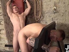 Muscular Ryan Cage offers his asshole to kinky Peter One