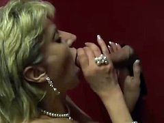 Lady Sonia suck at gloryhole