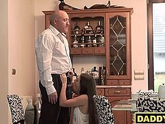 Teen seduces the daddy of her boyfriend when he left