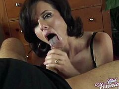 Experienced slut Veronica Avluv treats a guy to a cock sucking session