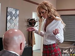 Aspen Rose knows the best way to get a high mark. Everything is easy and this rule is simple: the shorter the skirt, the higher the score! Watch her sucking the teacher's fat dick, while sitting right on the table.