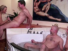 DEUTSCHE MILF UND TEENY IN ECHTER GRUPPEN SEX PARTY
