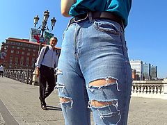 Jeans cameltoe on display