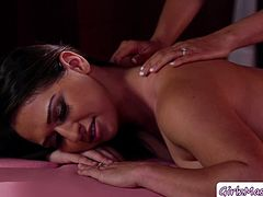 Latina Masseuse Luna Star massages her client Sara Luvv so sweet. She then finds out that her client is also a latina then she teaches her a few Spanish words. Then afterwards, this horny masseuse eats Saras wet pussy so romantic.